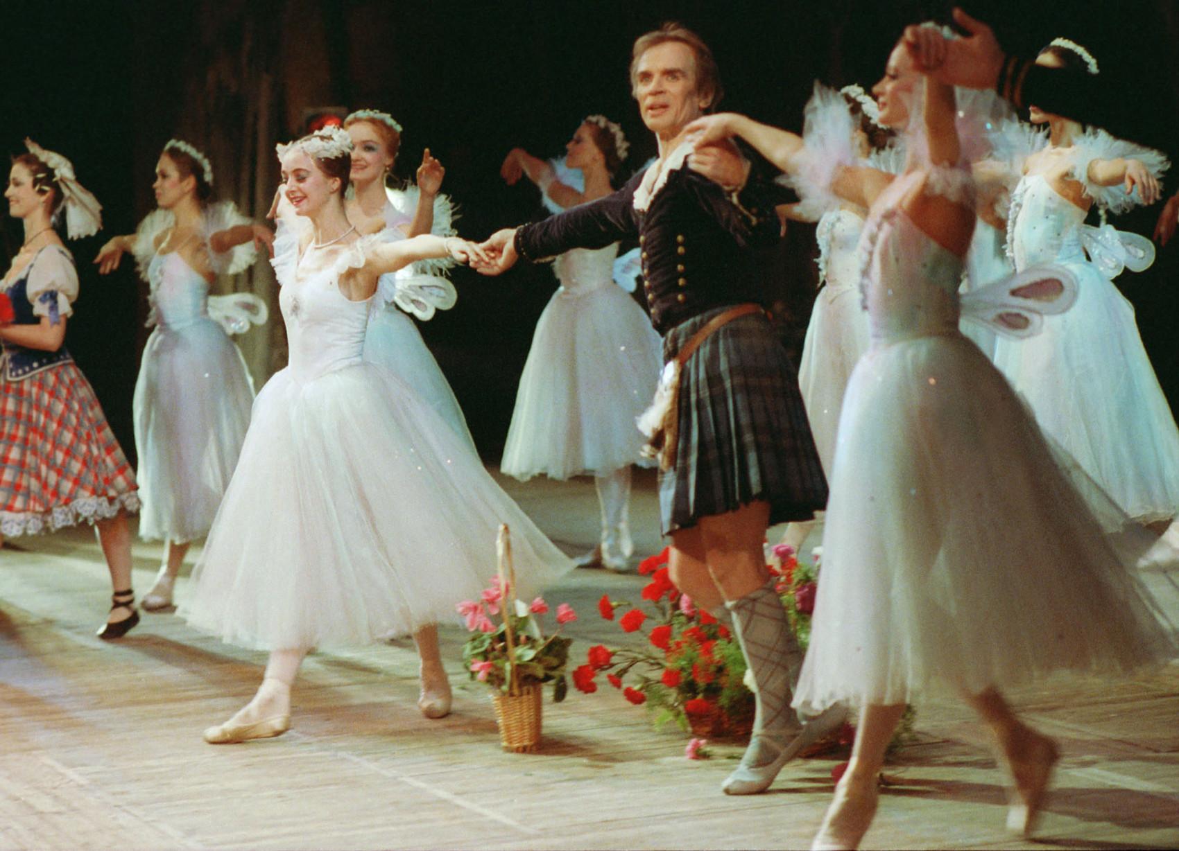 故郷を去ってから30年後の1989年に、ヌレエフはレニングラードを訪れ、キーロフ劇場で踊った。