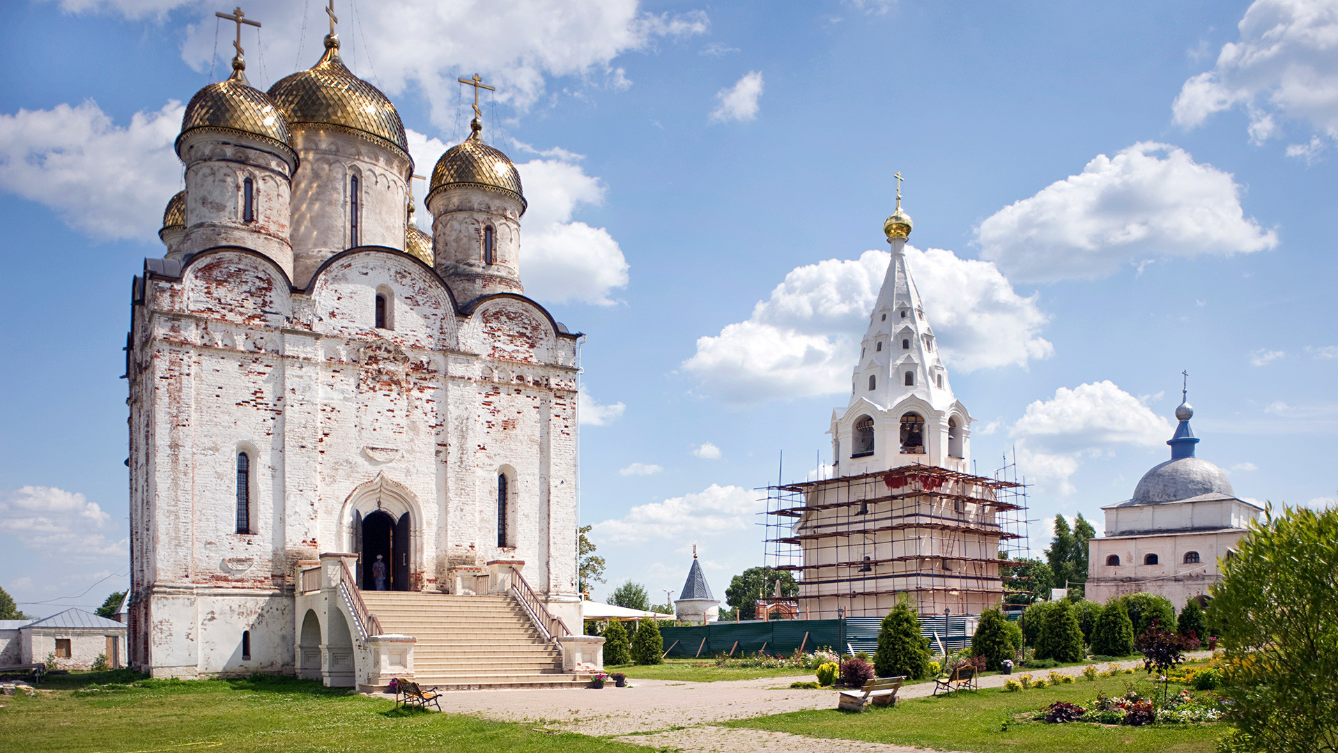 Mozhaisk. Luzhetsky-St. Ferapont-Nativity of the Virgin Monastery, northwest view. From left: Nativity Cathedral, bell tower, Church of Transfiguration over Holy Gates. July 5, 2015.