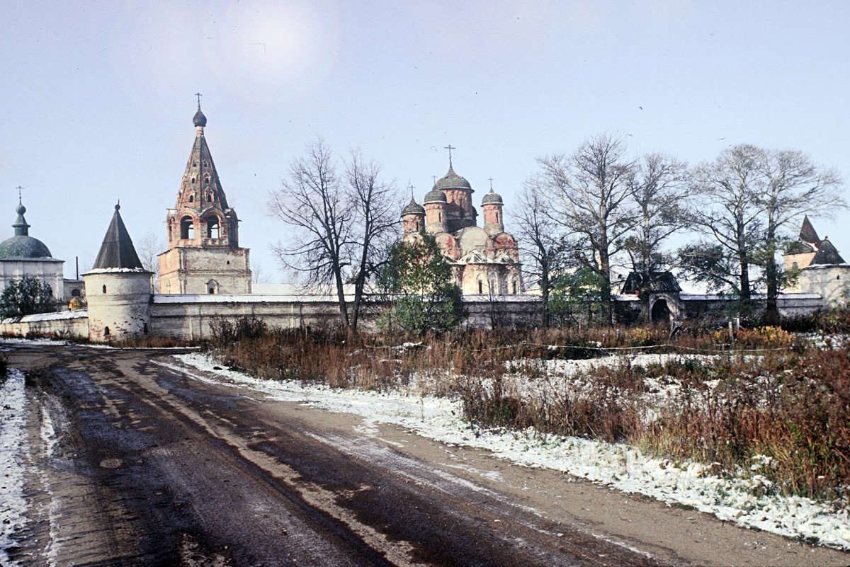 Luzhetsky Monastery, east view. From left: Church of Transfiguration over Holy Gates, southeast corner tower, bell tower, Nativity Cathedral, Church of St. Ferapont (demolished), East Gate, northeast corner tower. October 14, 1992.