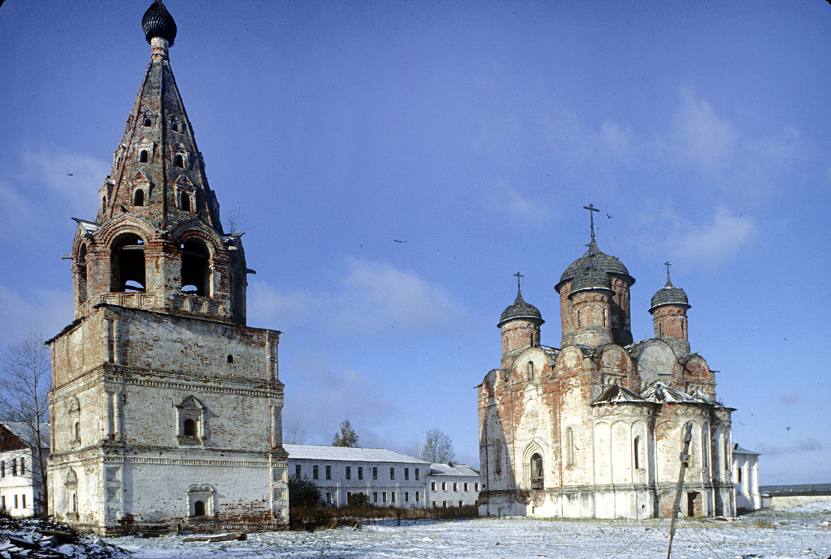 Luzhetsky Monastery. From left: Bell tower, cloisters, Nativity Cathedral, southeast view. October 14, 1992.