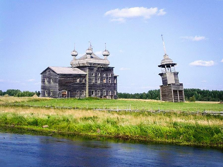 La tour de Pise du Nord de la Russie: église de la Transfiguration, datant du XIXe siècle à Nimenga (1 400 km au nord de Moscou) dans la région d'Arkhangelsk.