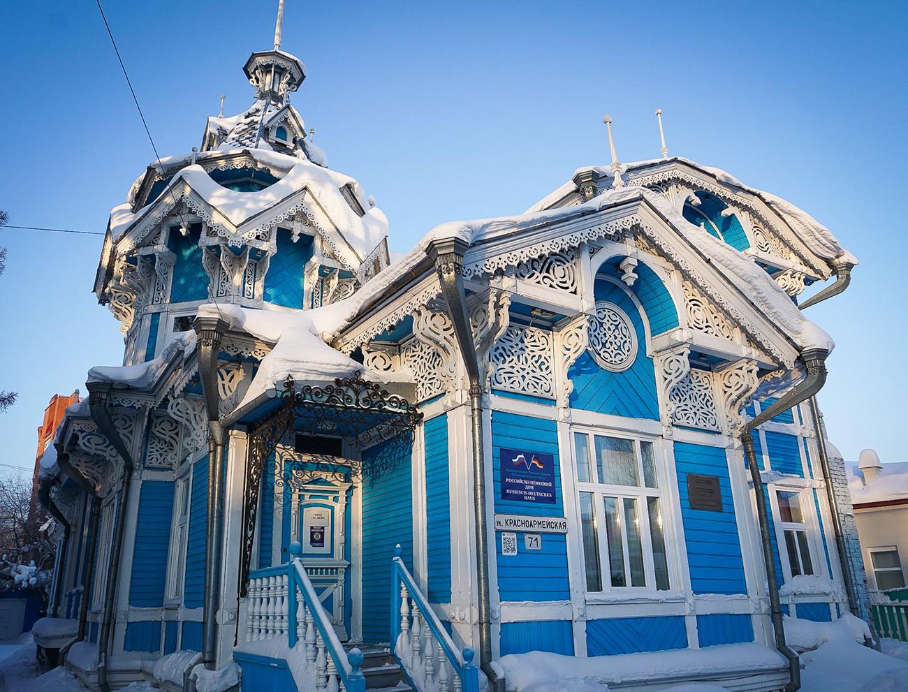 «La maison au chapiteau ». Ancienne demeure du marchand Gueorgui Golovanov (aujourd'hui Maison russo-allemande), à Tomsk (3 600 km à l'est de Moscou).