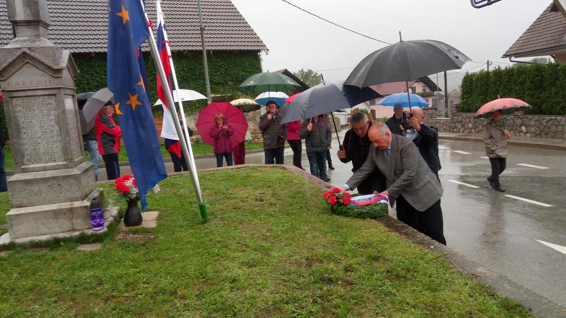 Veleposlanik Rusije v Sloveniji Doku Gapurovič Zavgajev in predsednik regijske organizacije ZZB NOB med slovesnim polaganjem venca pred partizanskim spomenikom v Gabrju