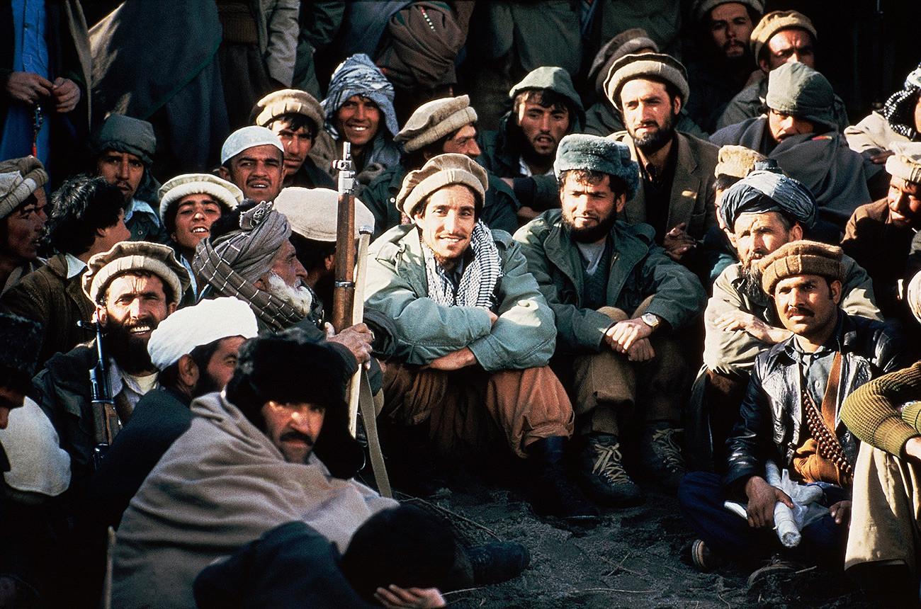 Vodja afganistanskih milic Ahmad Šah Masud (v sredini), obkrožen z drugimi poveljniki na nekem sestanku v dolini Pandžšir leta 1984. Dolina je sredi strateško pomembnega območja med afganistansko prestolnico Kabul in sovjetsko (danes tadžiško) mejo.