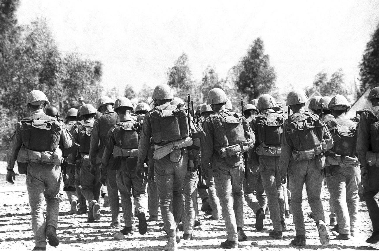 Sovjetska vojska se je začela iz Afganistana umikati 15. maja 1988. Med prvimi so se v domovino vrnili motorizirani sestavi, nastanjeni pri Džalalabadu v provinci Nangarhar na skrajnem vzhodu države. Na fotografiji: zadnje motorizirane enote zapuščajo provinco Nangarhar.