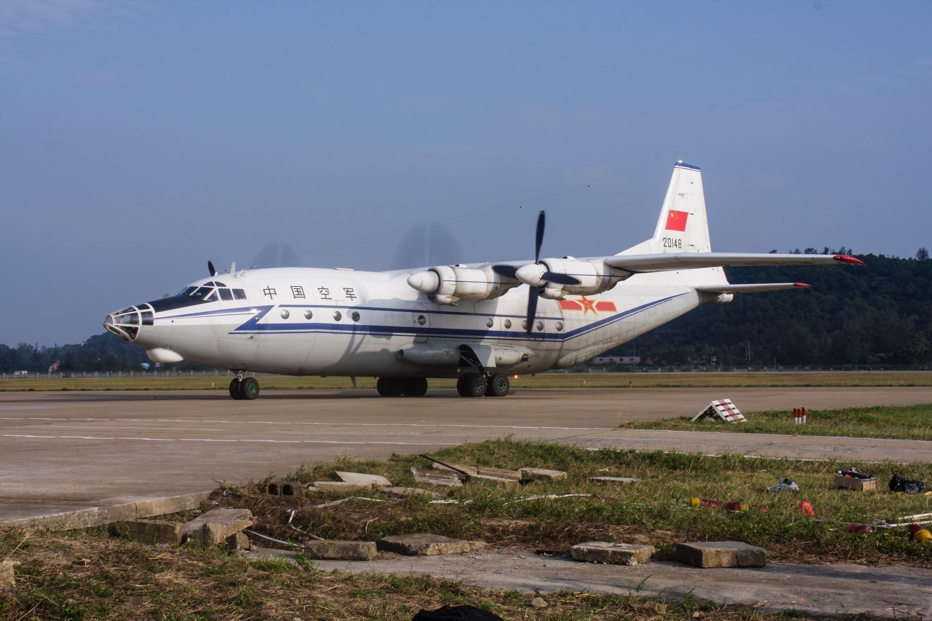 Avión chino Y-8.