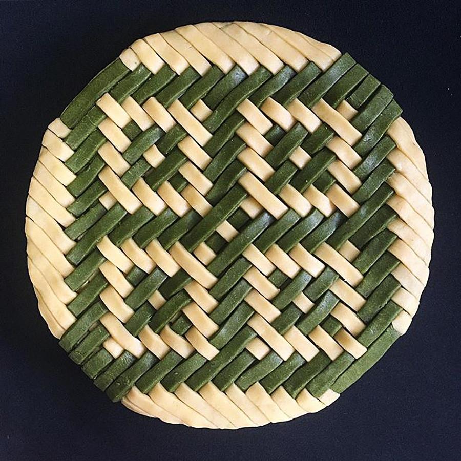 Torta de maça e canela com treliça de chá verde no topo