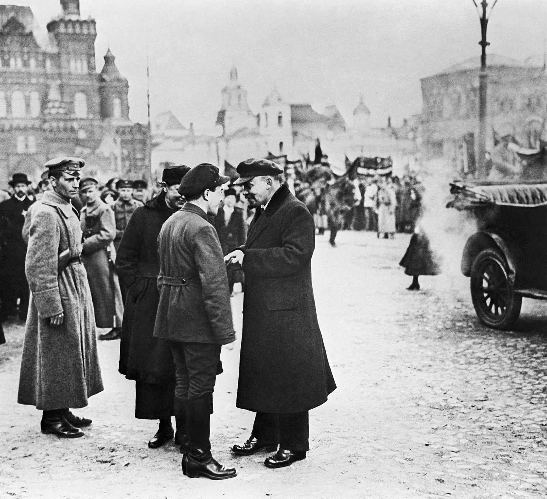 Lênin (à dir.) durante protesto de 1º de maio em 1919 em Moscou
