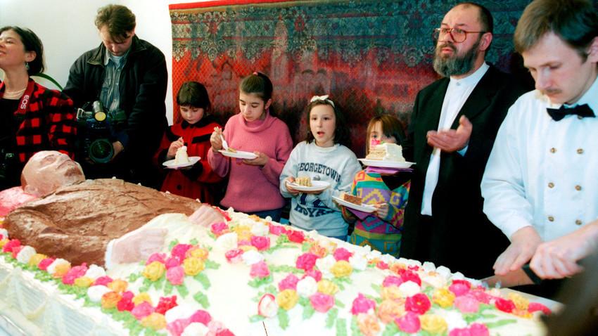 """Участници в акцията """"Мавзолей. Ритуален модел"""" опитват копие на мумията на великия вожд в естествен размер. Автор на тази сладкарска """"скулптура"""" е Юрий Шабелников. За """"Ленин"""" са изразходени 52 кг крем."""