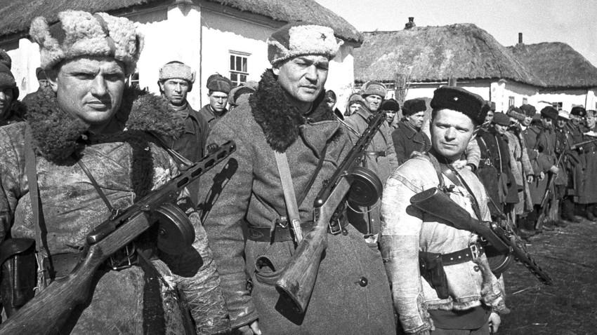 Postroj sovjetskih partizanov iz Frunzejevega odreda v neki vasi pri Kursku, 1943