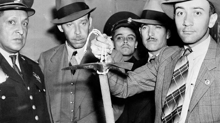 """Мексиканската полиција го држи крампот за лед кој Рамон Меркадер го користел на 20. август 1940. Меркадер, исто така познат и како Жак Морнар и Френк Џексон, беше """"семеен пријател"""" на Троцки. Троцки, пред да умре, рекол дека неговата смрт ја наредил Сталин."""