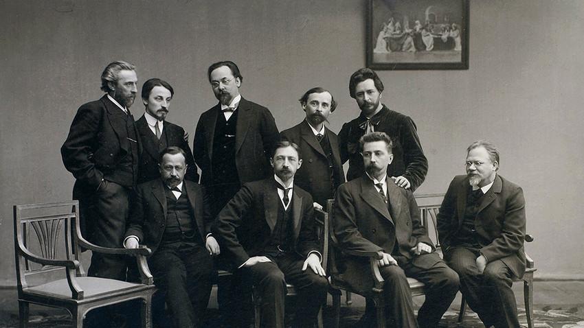 Skupina pisateljev, tipičnih pripadnikov ruske inteligence. Na sliki konkretno krožek Sreda v 90. letih 19. stoletja pod vodstvom Nikolaja Telešova.
