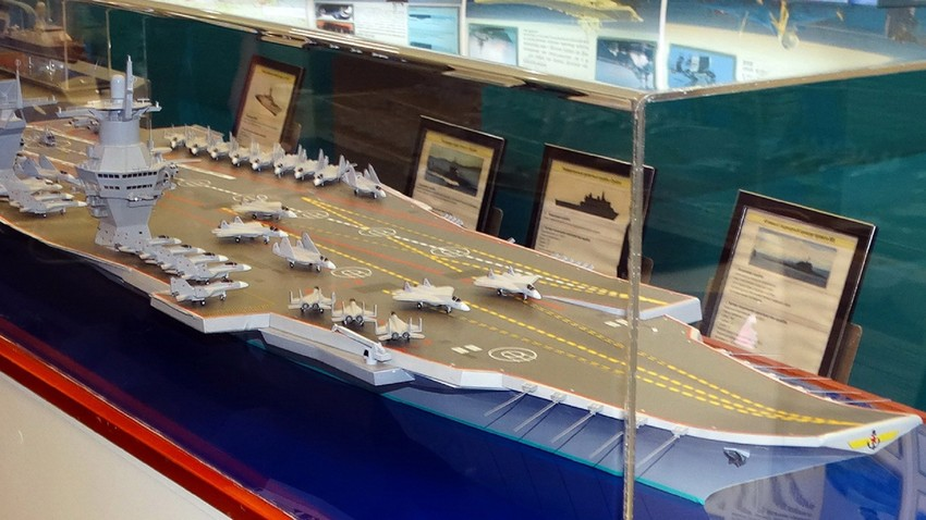 Modelo em escala do porta-aviões russo Storm