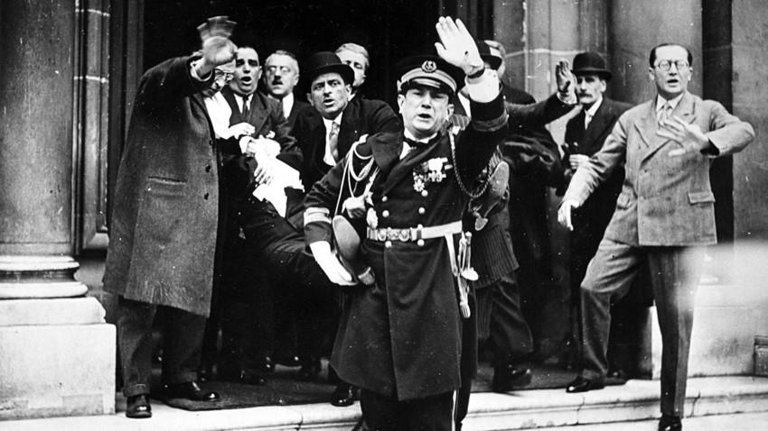 Francuska, Pariz, 12. svibnja 1932. Prvi trenuci poslije atentata na francuskog predsjednika. On je prenesen u bolnicu gdje je iste noći podlegao ozljedama.