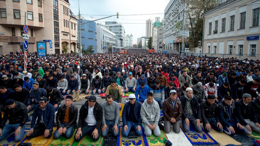 Musulmanes rezan cerca de la mezquita en Moscú durante las celebraciones de Eid al-Adha.