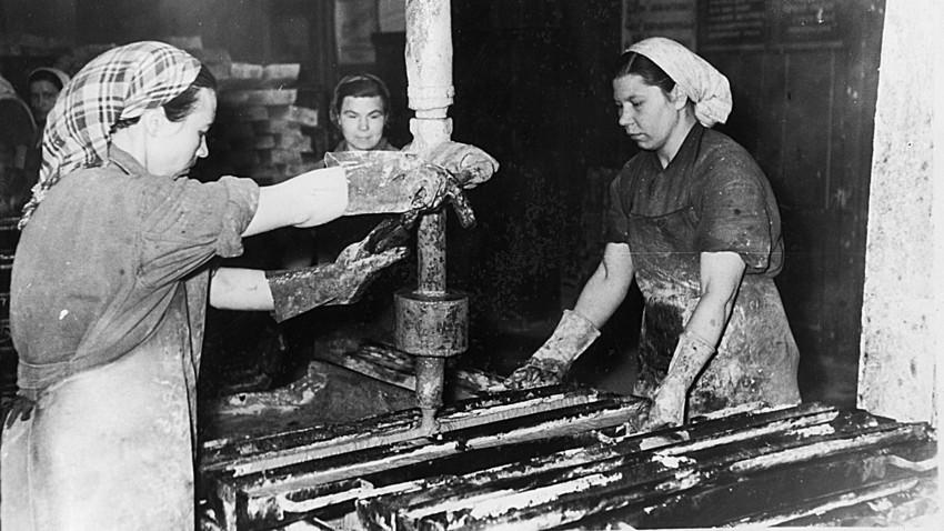 Работничка в текстилен комбинат в СССР