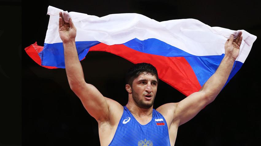 Abdulrashid Sadulayev merayakan kemenangannya dengan memenangkan medali emas pria -92 kg di final gulat di Kejuaraan Gulat Eropa 2018 di Istana Olahraga dan Pemuda Ali Aliyev di Ali Aliyev Palace of Sports and Youth di kota Kaspiysk.