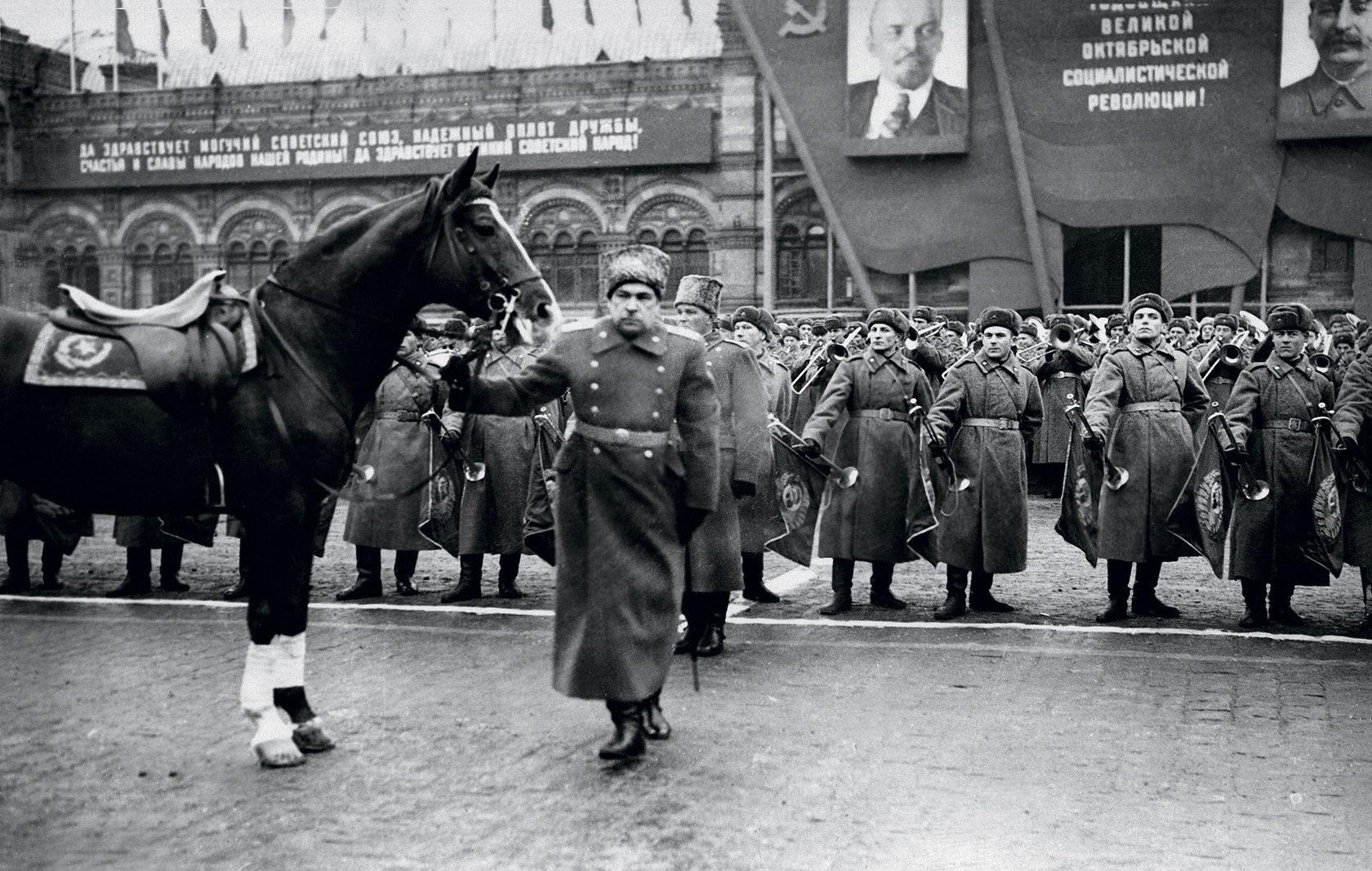 Маршал Леонид Александрович Говоров се готви да приеме войските на Московския гарнизон на парада на 7 ноември 1947 г.