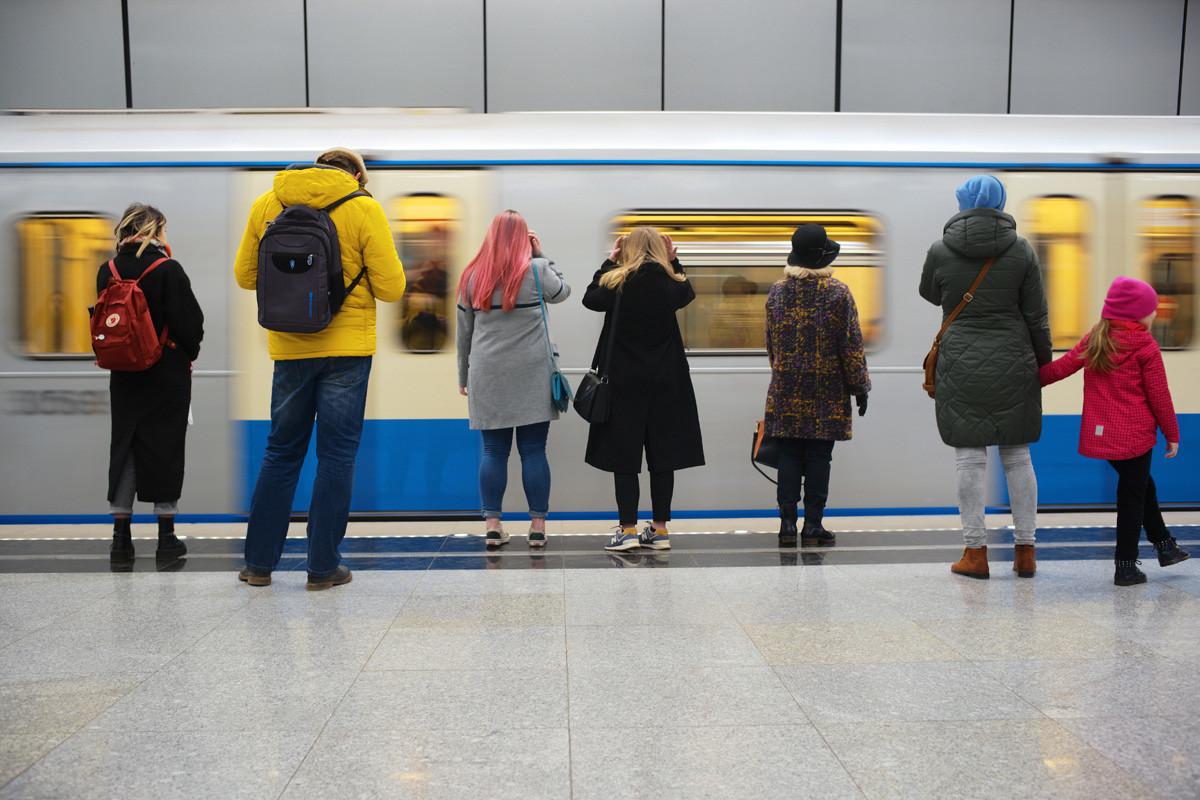 モスクワの地下鉄ラーメンキ駅の乗客。