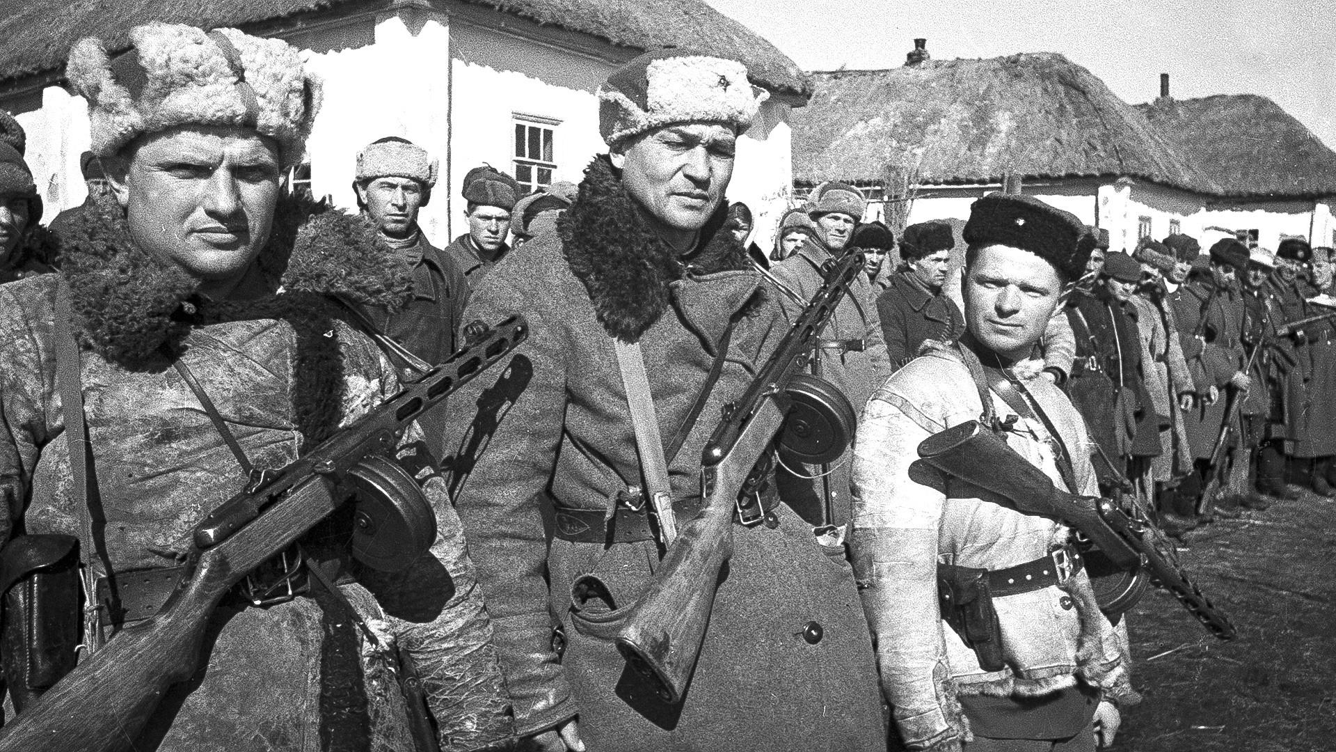 Soldati sovietici in un villaggio vicino a Kursk, 1943