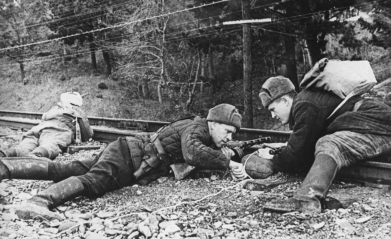 Soldati su una linea ferroviaria