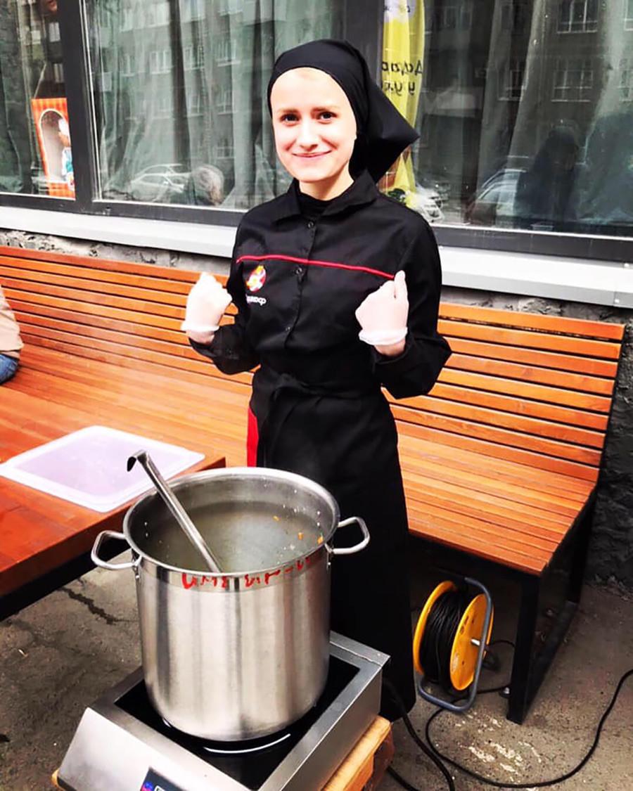Теперь около ресторана варят суп и угощают им бесплатно.