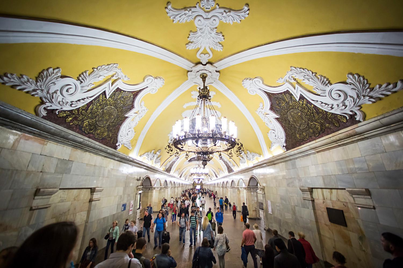 A estação de metrô Komsomólskaia não deixa nada a desejar quanto aos mais belos salões de baile.