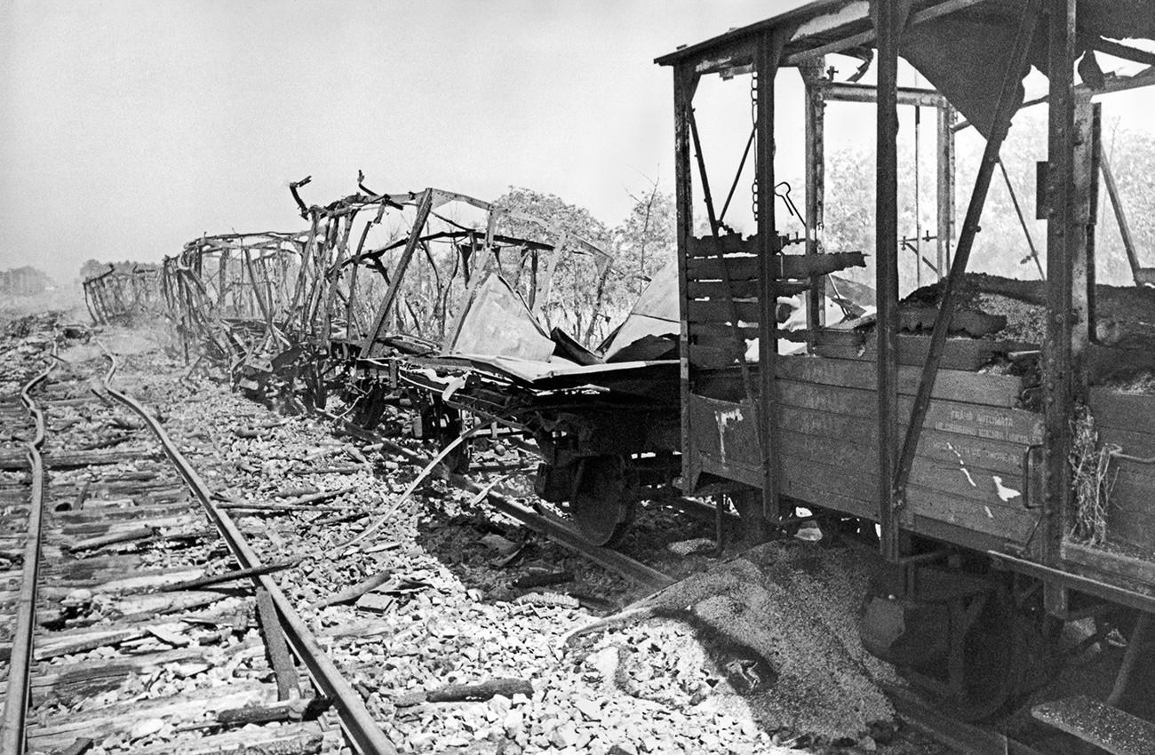 Trilhos e vagões destruídos