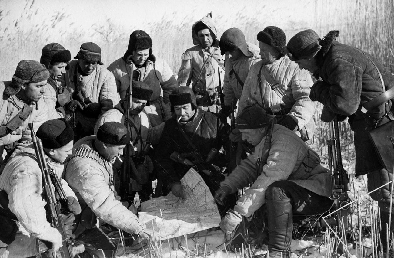Partisans soviéticos planejando ataque contra alemães durante a Segunda Guerra