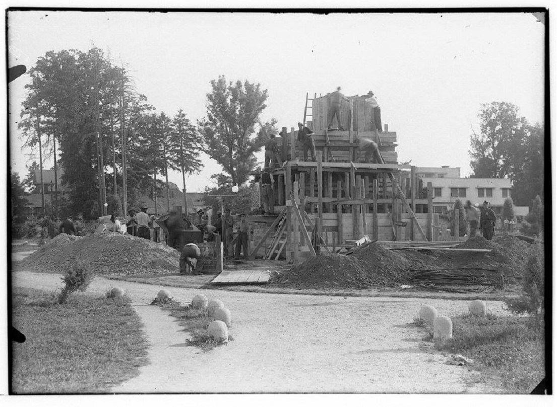 Gradnja spomenika zmage v Murski Soboti, 1945