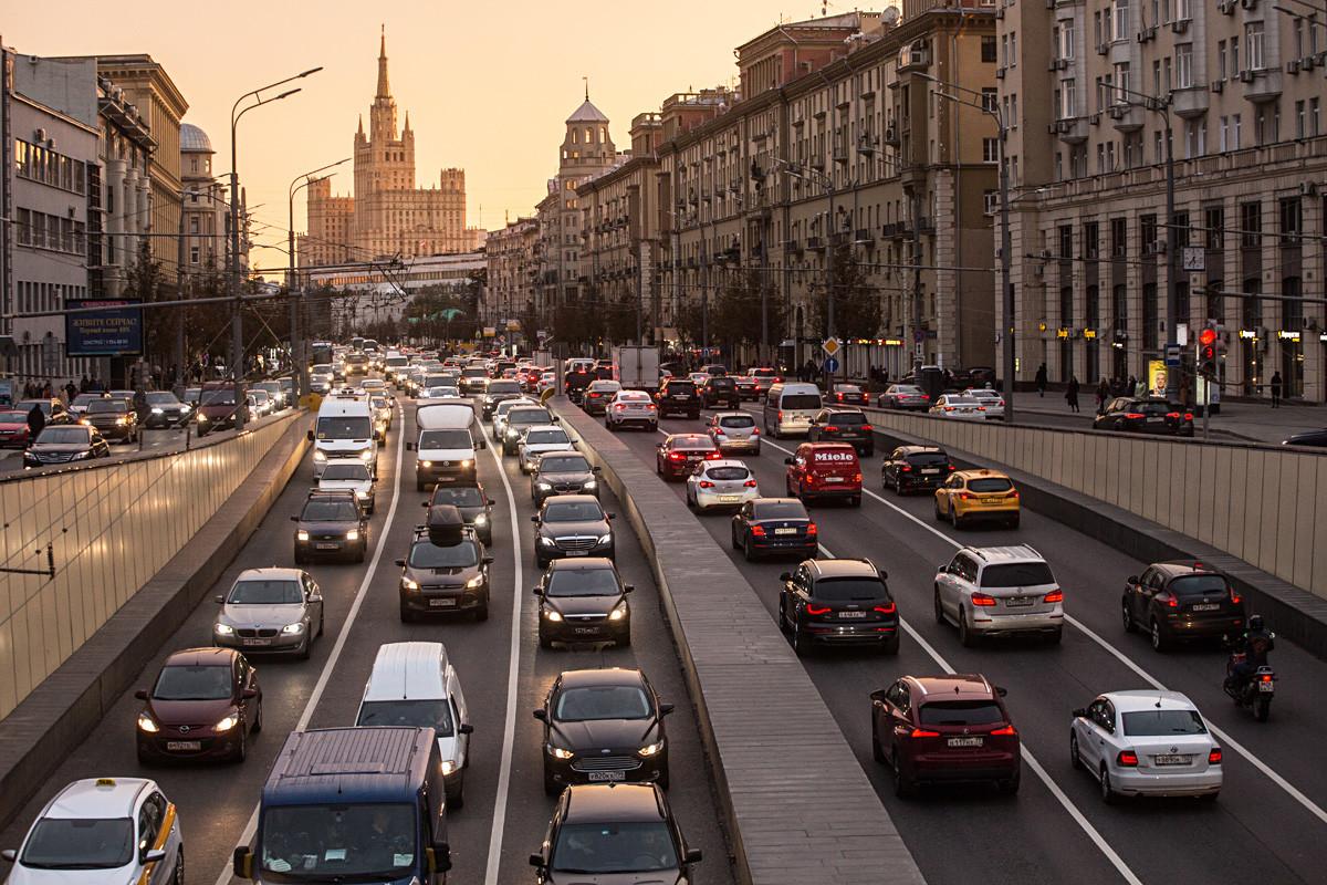 Kemacetan di Bolshaya Sadovaya ulitsa.