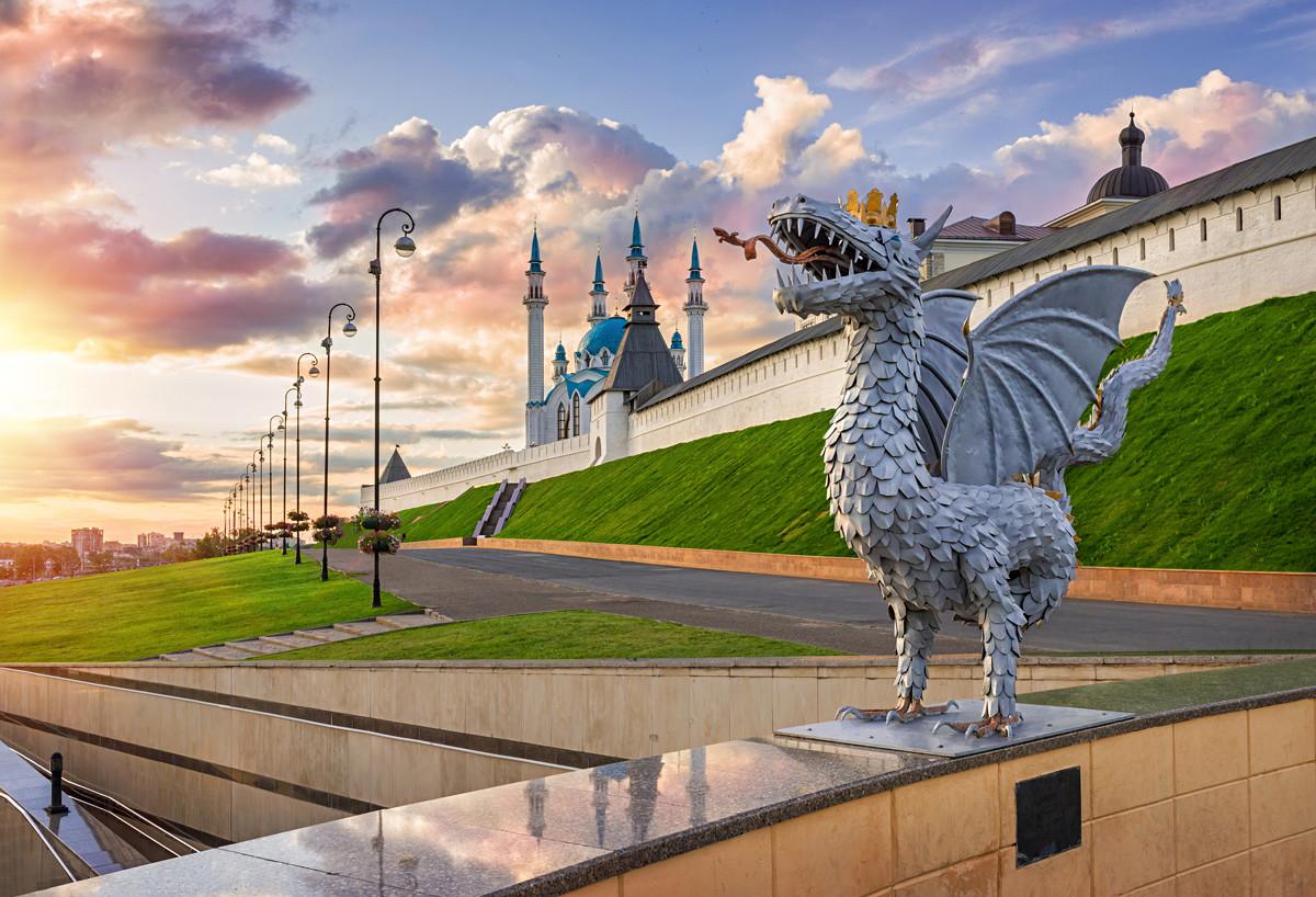 街のシンボルであるドラゴン「ジラント」とクレムリンを望む風景