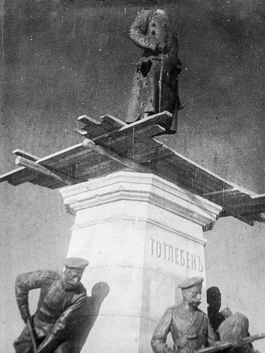 Beheaded statue of Eduard Totleben [Russian general]