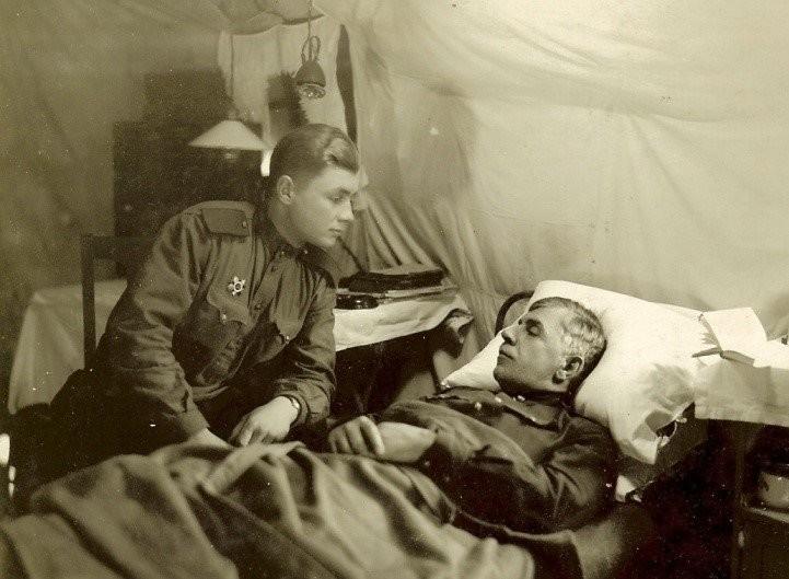Лењинградски фронт, 1942. Владимир Михалкин у посети рањеном оцу, генералу М.С. Михалкину.