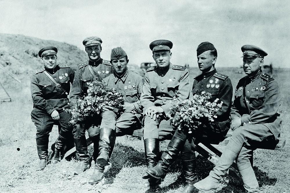 Генерал-поручник К.А. Вершињин са борцима, истакнутим ваздухопловним асовима Великог отаџбинског рата.
