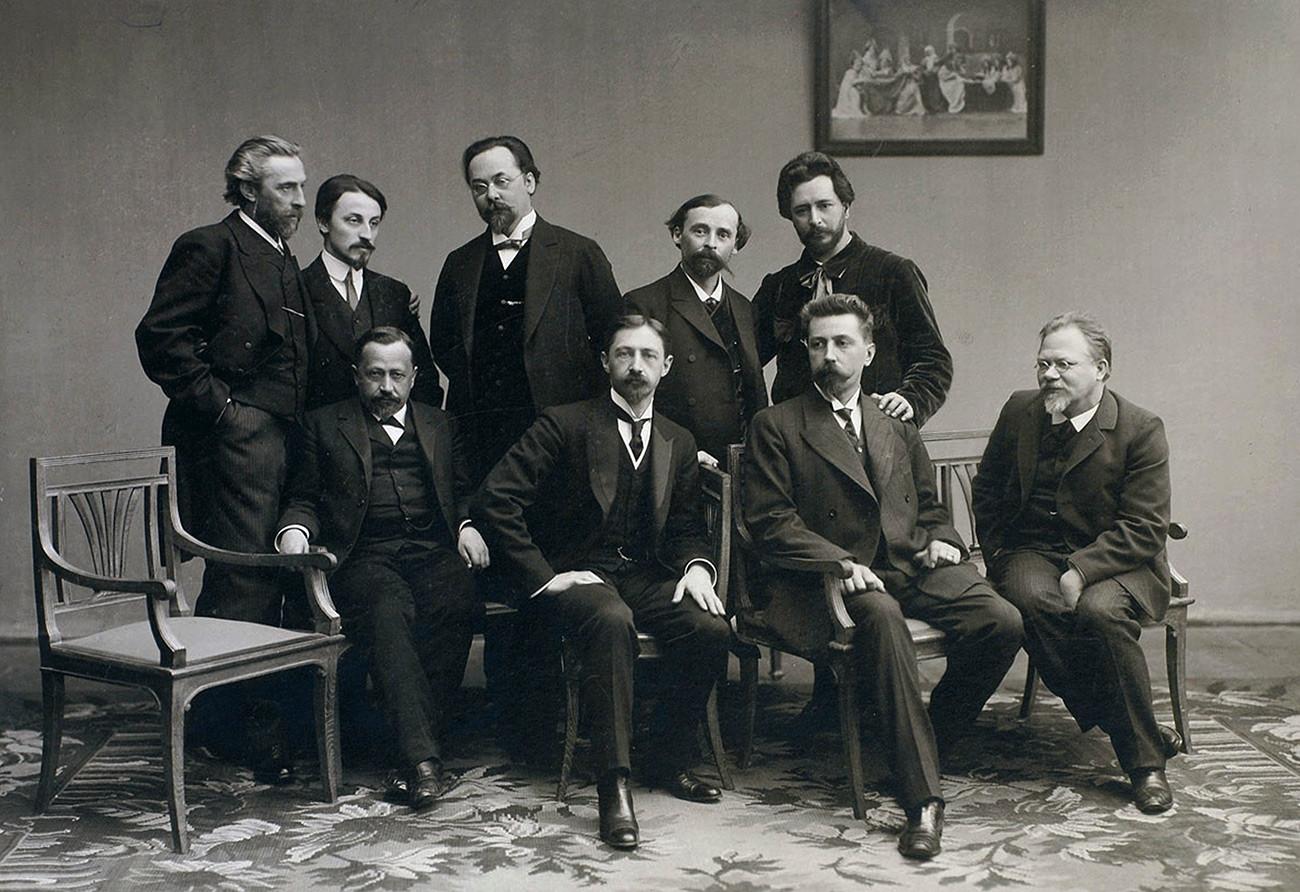 ロシアの文学グループ「スレダー(水曜日)」、1890年代。1899年にニコライ・テレショフによって設立された。彼らはテレショフの家で毎週水曜日に集まっていた。1916年に活動を停止した。