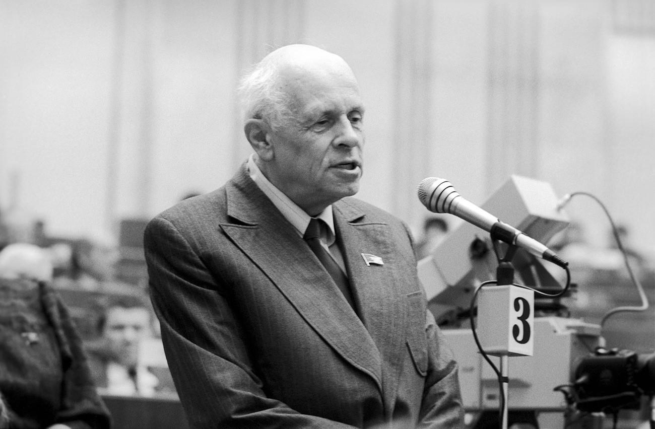 ソビエト連邦最高会議の第二回目のセッションで発表しているアンドレイ・サハロフ。