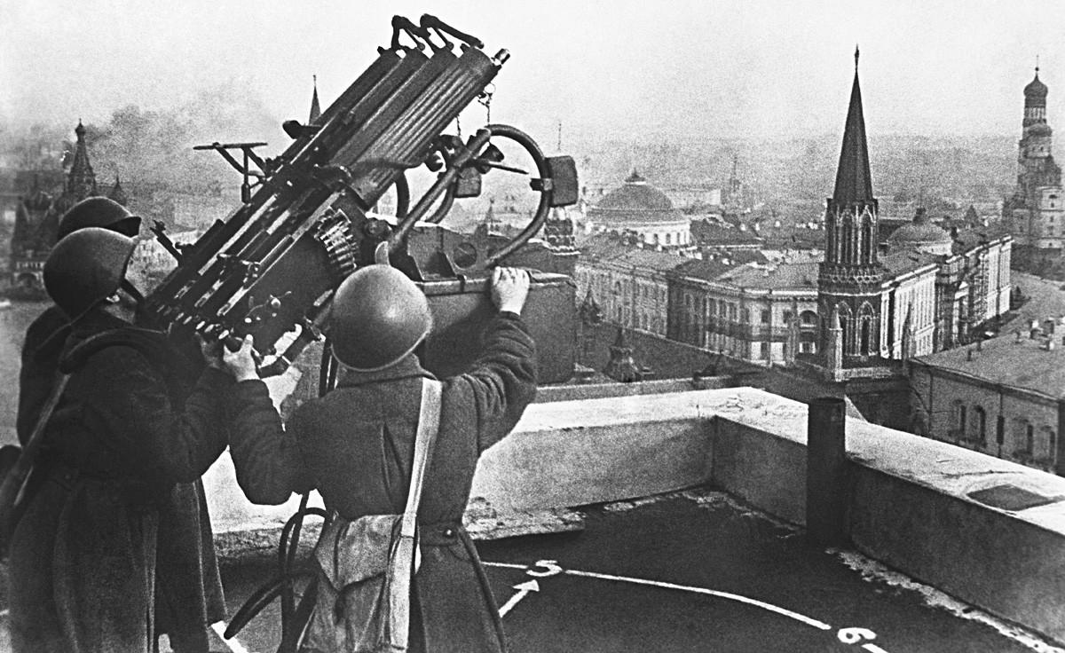 Велики отаџбински рат, 1941, Москва, СССР. Војници рукују четвороцевним противваздухопловним митраљезом штитећи Москву од немачке авијације током Другог светског рата.