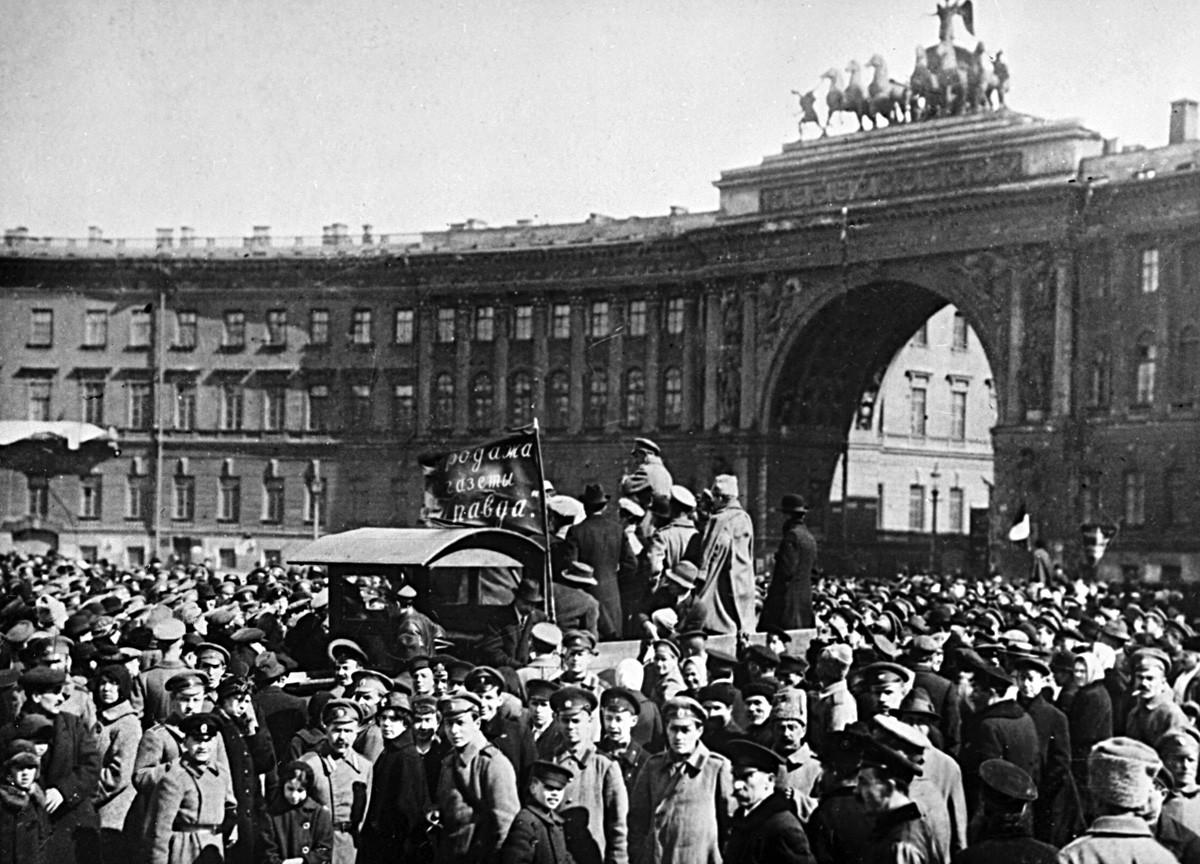 ペトログラードの住民たちがボリシェヴキが宮殿広場で主催したミーティングで「プラヴダ」新聞を売っている。