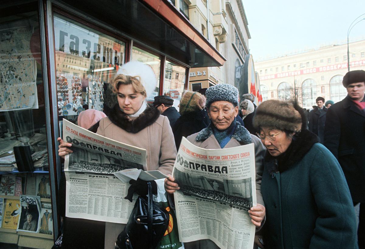 モスクワの住民たちが「プラヴダ」の最新号を読んでいる。1976年。