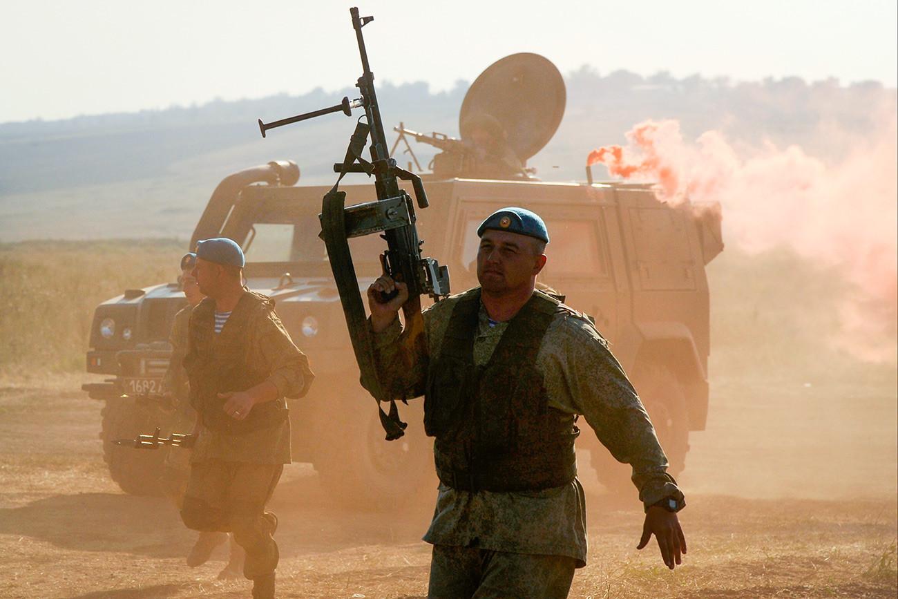 """Војници на генерална проба за демонстрација на можностите во вооружувањето и воената техника на Меѓународниот воено-технички форум на Јужниот воен округ """"Армија 2018"""" на полигонот """"Кадамовски"""" во Ростовската област."""
