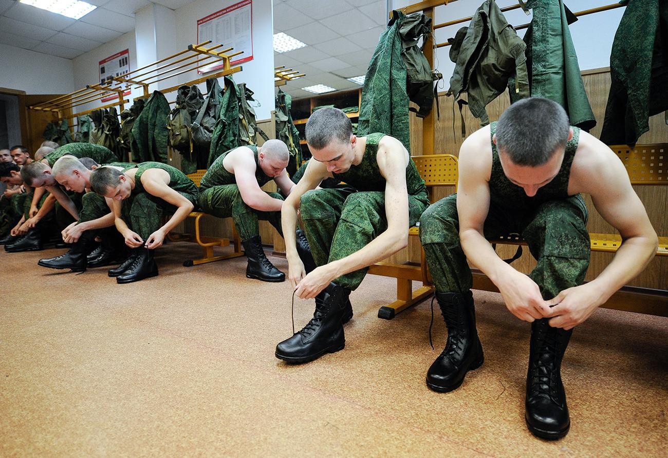 Редовни војници на територијата на регрутниот центар во реонот Железнодорожни пред заминувањето на отслужување воен рок.
