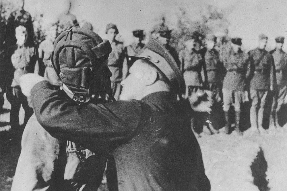 Генерал-полковник А.И. Еременко, командант на Сталинградскиот фронт, им врачува награди на тенкисти и артилерци кои се истакнале во битката.