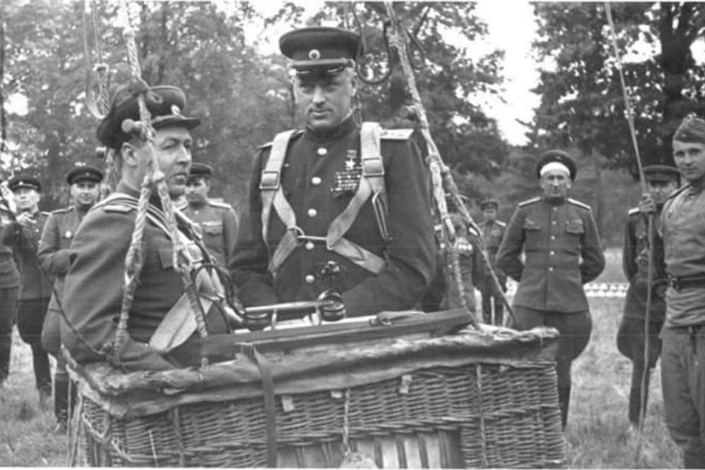 Маршал на Советскиот Сојуз К. К. Рокосовски и генерал-полковник на артилерија А. К. Соколски во корпа на извидувачки балон за пред полетувањето.