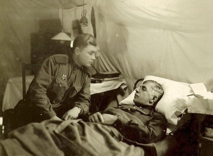 Ленинградски фронт, 1942. Владимир Михалкин во посета на ранетиот татко, генерал М. С. Михалкин.