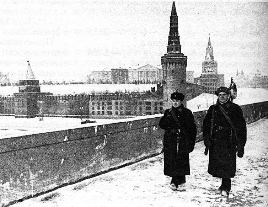 Kremlin Moskow dari Jembatan Borovitsky. Dinding dan menara Kremlin diubah supaya terlihat seperti bangunan apartemen.