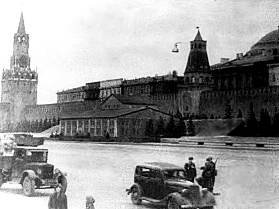 Mausoleum Lenin disamarkan menjadi rumah kayu.