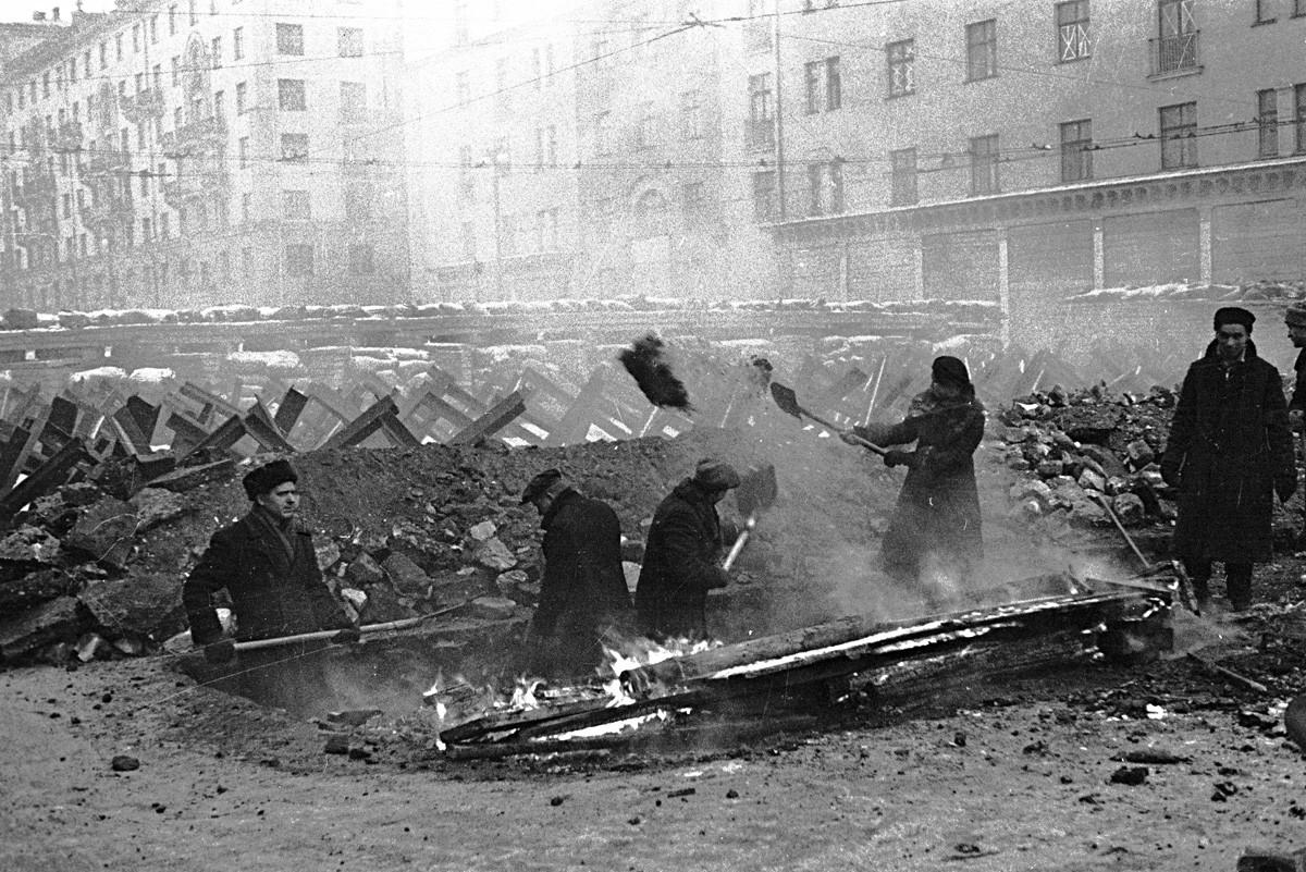 Warga Moskow bergotong-royong membangun benteng antitank.