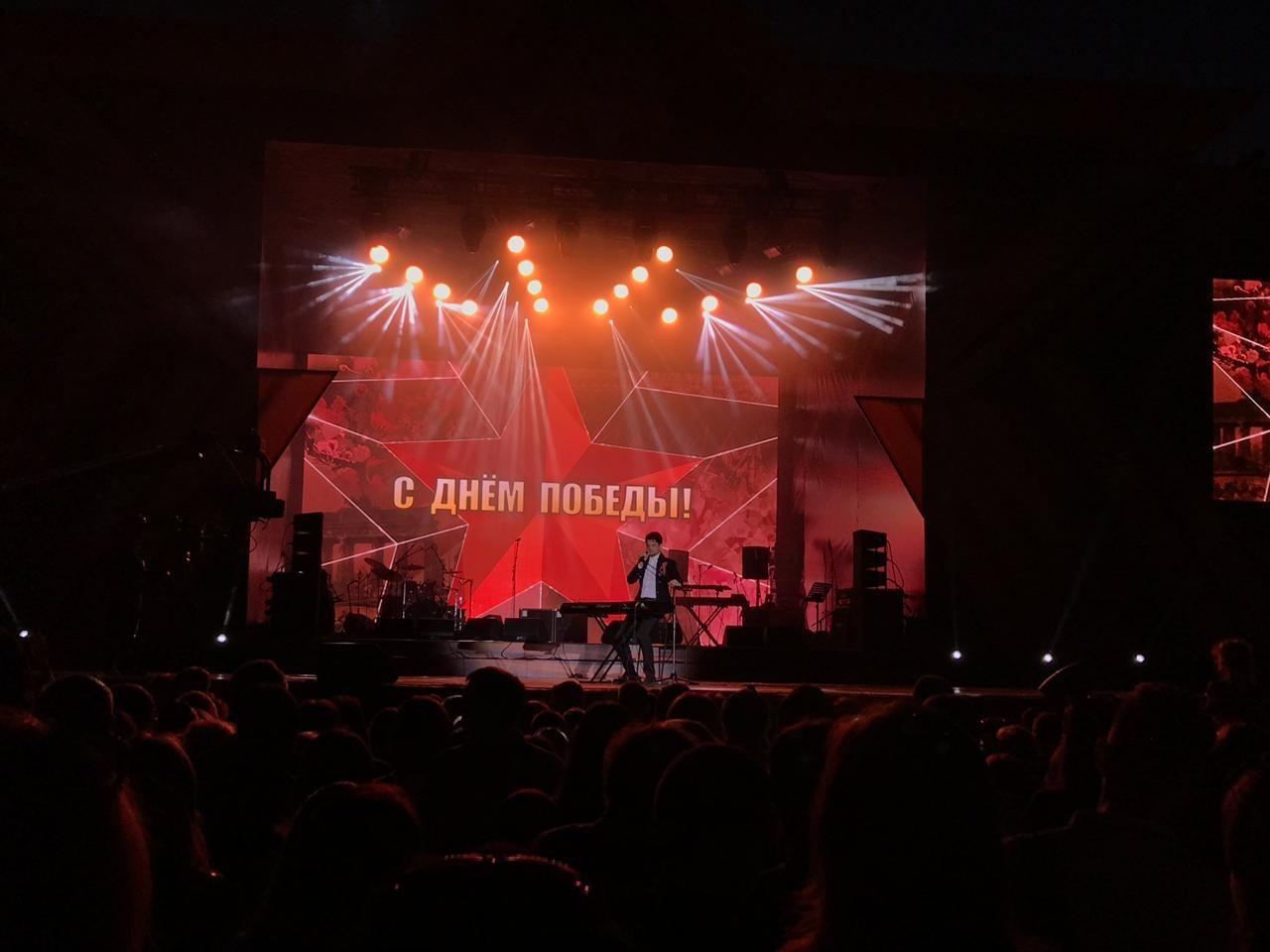 Sašo Gačnik na večernem koncertu v Samari
