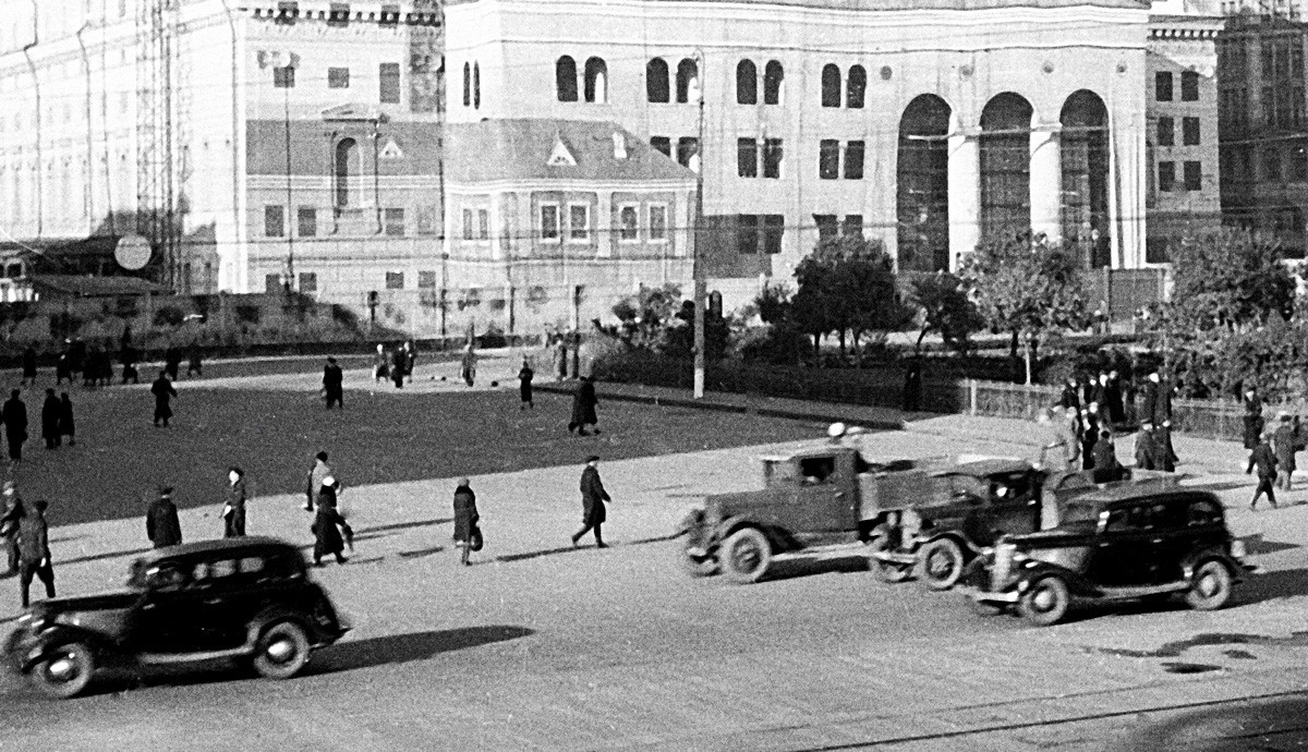 """Заштитната камуфлажа на зградата на театарот """"Бољшој"""" за време на Втората светска војна."""
